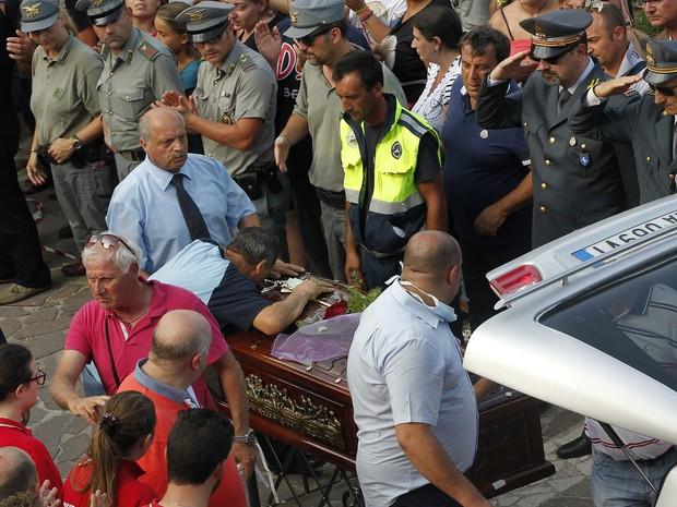 Familiar de uma vítima do acidente de ônibus que levava peregrinos de Avellino, na Itália. A colisão deixou 39 mortos, de acordo com o ministro italiano de Transportes, Maurizio Lupi. Pelo menos dez pessoas seguem feridas. (Foto: Ciro De Luca/Reuters)