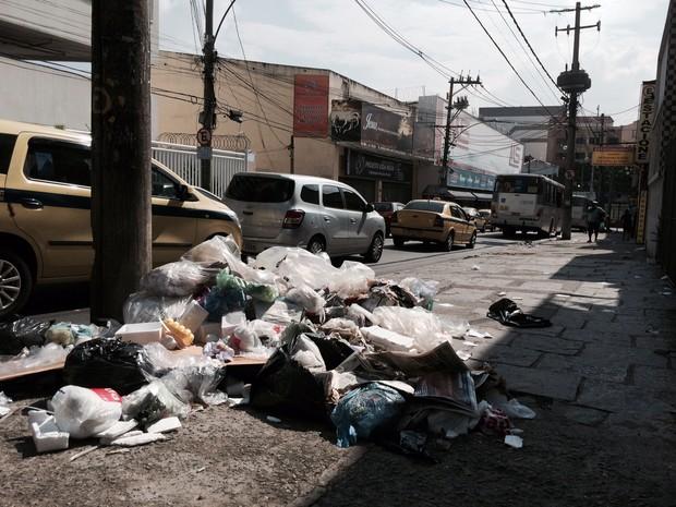 Rua do Subúrbio do Rio tem lixo na calçada (Foto: Matheus Rodrigues/G1)
