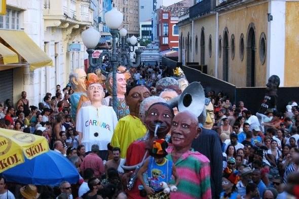 Bonecos gigantes  passa pelo Centro Histórico (Foto: Berbigão do Boca/Divulgação)