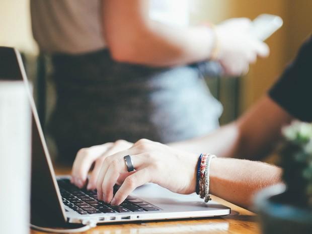 Usuário acessa página na internet em notebook (Foto: Pixabay/Divulgação)