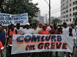 Funcionários da Comlurb cruzaram os braços (Foto: Guilherme Britto/G1)