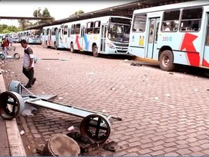 terminal de messejana foi depredado durante paralisação (Foto: TV Verdes Mares/Reprodução)