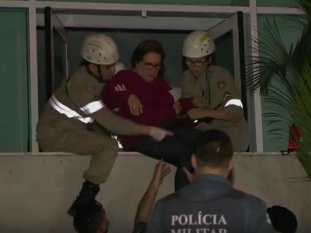 Alzira Araújo também teve ajuda para sair do condomínio no Espírito Santo (Foto: Reprodução/TV Gazeta)