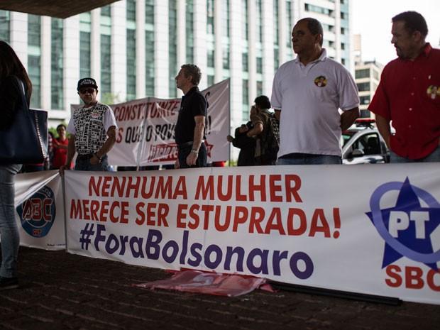 Manifestantes fazem ato pró-Dilma no vão livre do Masp, em São Paulo (Foto: Victor Moriyama / G1)