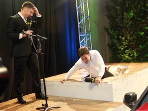 Vesgo cai em pegadinha depois do casamento (Foto: Celso Tavares/EGO)