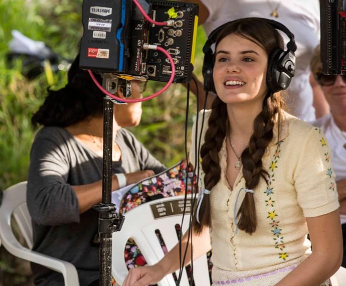 Disciplinada, Camila vê a cena que acabou de gravar (Foto: Inácio Moraes/Gshow)