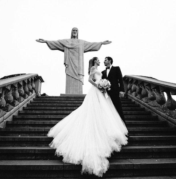 Michelle Alves e Guy Oseary no Cristo Redentor (Foto: Reprodução Instagram)