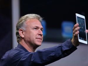Phil Schiller mostra o iPad mini, que tem tela de 7,9 polegadas (Foto: AFP)