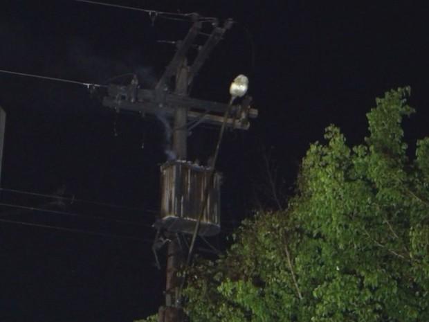 Poste onde fica o transformador está localizado na Avenida Nuno de Assis  (Foto: Reprodução / TV TEM)