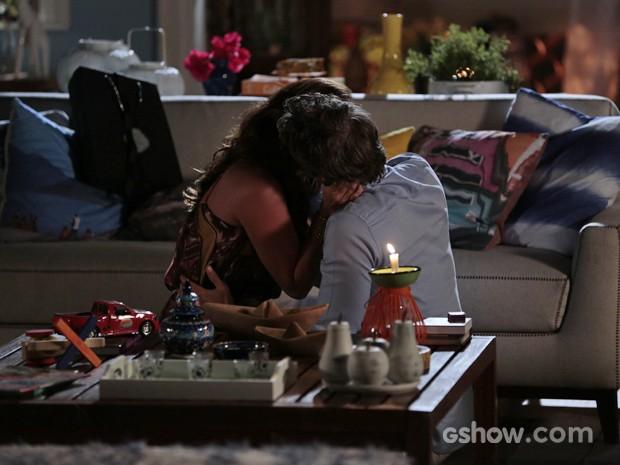 Clara e Cadu acabam aproveitando o escurinho para namorar (Foto: Felipe Monteiro/ TV Globo)