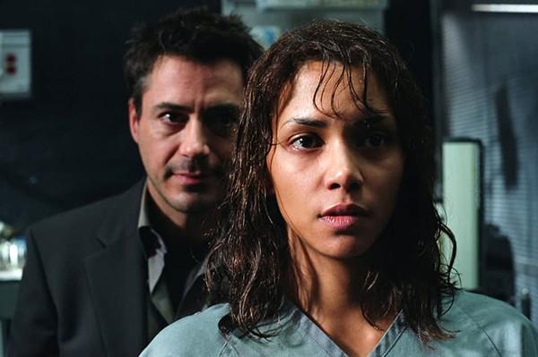 Downey Jr e Halle Berry – Na Companhia do Medo (2003) (Foto: Divulgação)