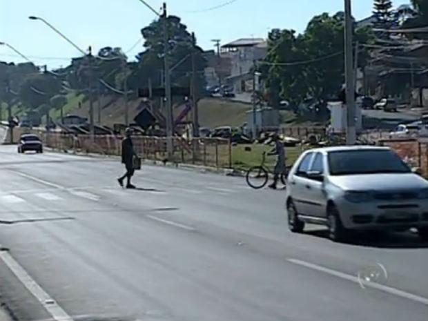 Moradores se arriscam ao tentar atravessar rodovia em Itupeva (Foto: Reprodução/TV Tem)