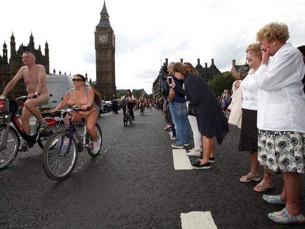 Mulheres observam ciclistas sem roupa durante pedalada em Londres (Foto: REUTERS/Luke MacGregor)