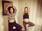 Bárbara Borges faz ioga e mostra barrigão na reta final da gravidez