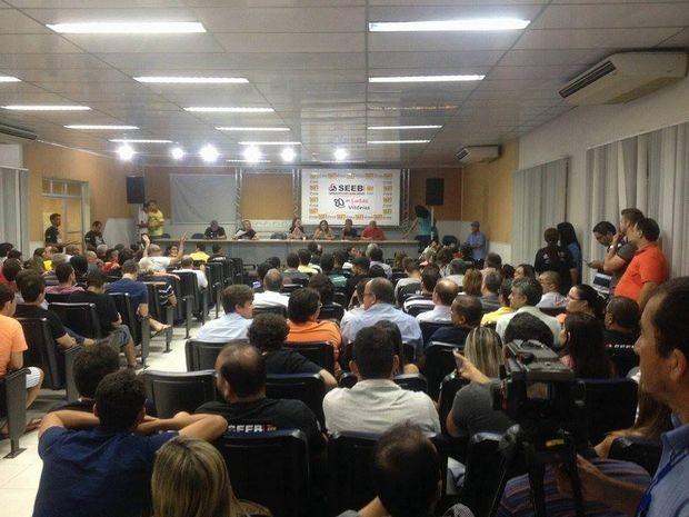 Greve foi encerrada, mas bancários continuaram em discussão (Foto: Danilo Mecenas/TV Sergipe)