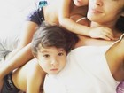Priscila Pires posa com os filhos e paparica: 'Eu nasci para amar vocês'