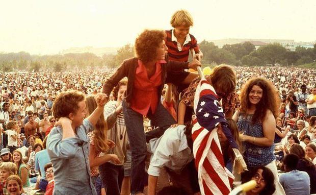 No mesmo National Mall onde ocorriam manifestações, celebrou-se o bicentenário dos Estados Unidos quase uma década mais tarde, em 1976. Na foto, jovens fazem uma pirâmide humana para hastear uma bandeira do país (Foto: DC Public Library/Crain Family)