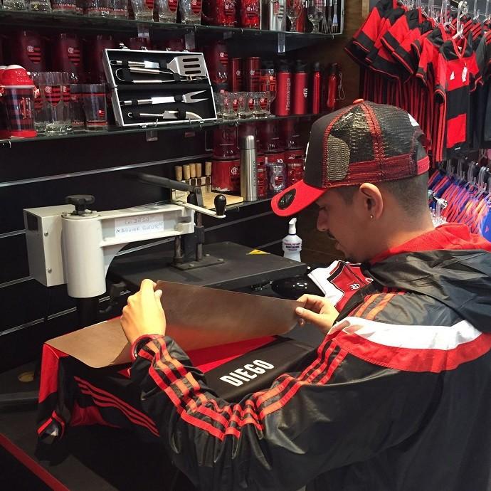 Camisa de Diego começa a ser personalizada nas lojas