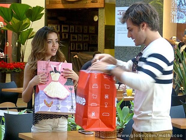 Sem noção! Flaviana vibra com presente de Martin e dá o maior fora (Foto: Malhação / TV Globo)