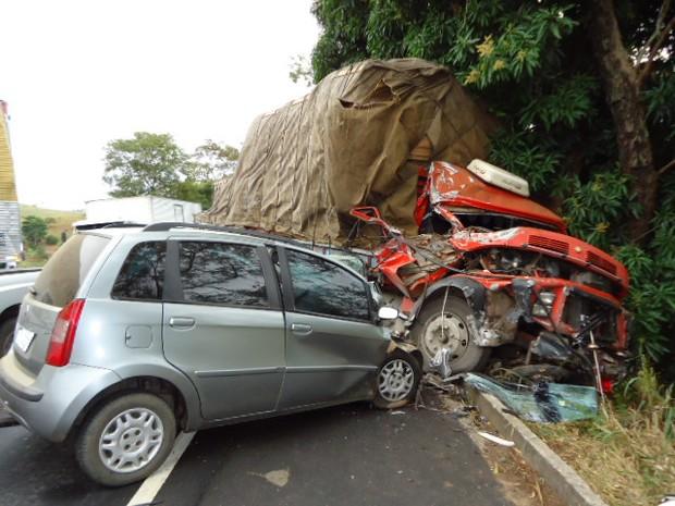 Caminhão foi parar no acostamento do lado contrário da pista em acidente em Itaperuna, RJ (Foto: Adilson Ribeiro/Blog do Adilson Ribeiro)