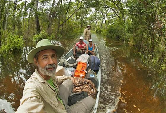 Haroldo Palo Jr em uma canoa em viagem na Amazônia (Foto: © coleção Haroldo Palo Jr)