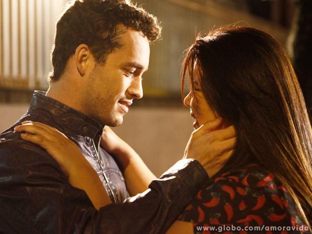 Daniel pede Perséfone em casamento e leva a enfermeira às alturas! (Foto: Inácio Moraes / TV Globo)