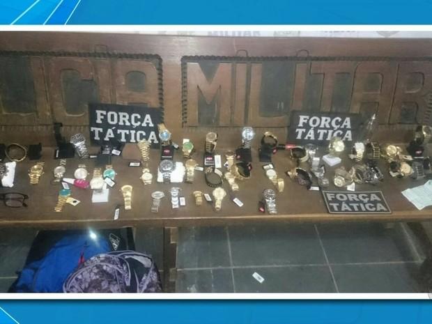 b193affce75 Joias e relógios roubados foram recuperados pela Polícia Militar (Foto   Reprodução TVCA)