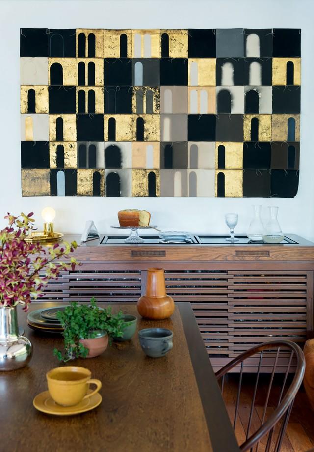 O aparador Vila Rica, de Etel Carmona, a mesa de Arthur Mattos Casas e o painel do artista Roberto Micoli. (Foto: André Klotz)