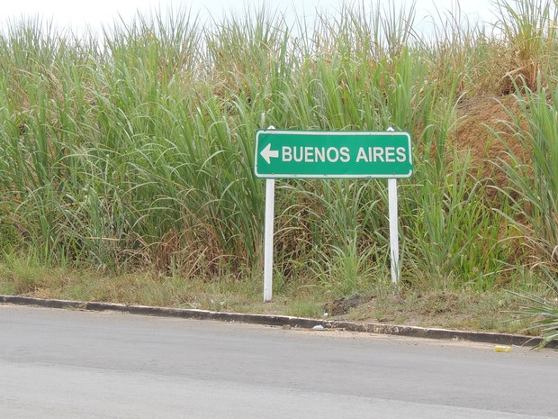 Placa na BR-408  aponta entrada para Buenos Aires, PE (Foto: Katherine Coutinho / G1)
