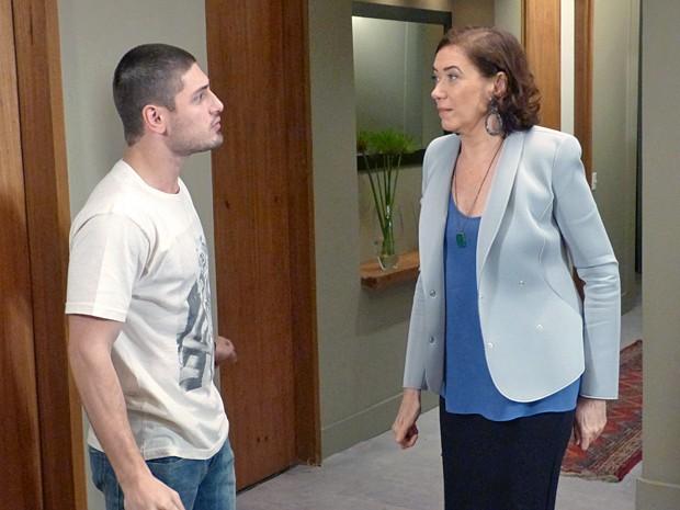 Maria Marta pede para Lucas não sair de casa (Foto: Império / TV Globo)