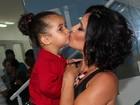 Momento fofura: Scheila Carvalho leva a filha para evento de estética