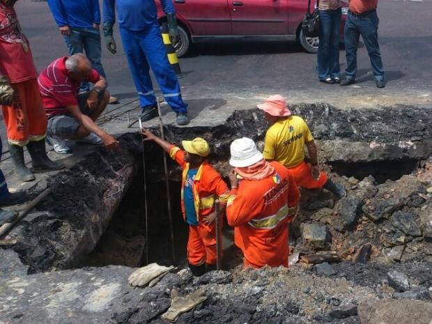 Um tubo de 0,40 abriu fazendo com que a base do asfalto cedesse (Foto: Seminf/Divulgação)