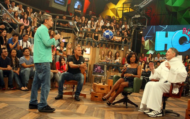 Luis Fabiano e Padre Marcelo no Altas Horas (Foto: Anderson Rodrigues / Globoesporte.com)