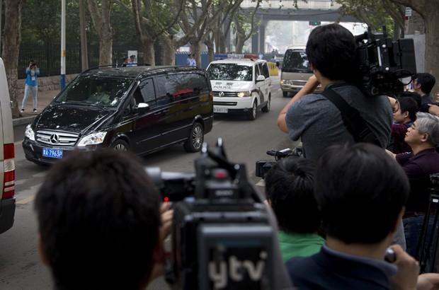 Van que transporta Bo Xilai é escoltada na chegada ao Tribunal de Jinan  (Foto: Andy Wong/ AP)