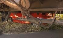 Carro para embaixo de caminhão em rodovia de Marília e casal sai ileso (Reprodução / TV TEM)