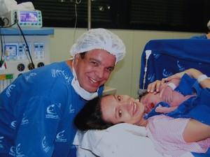 Wando e Renata logo após o nascimento de Maria Sabrina (Foto: Renata Costa Lana e Souza / Arquivo Pessoal)