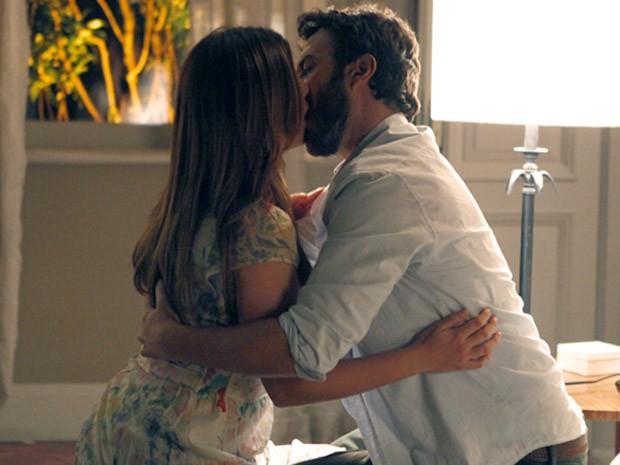 Rodrigo não resiste e beija Elisa (Foto: Amor Eterno Amor / TV Globo)