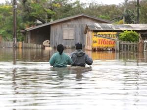 Moradores tentam salvar pertences em Gravataí (Foto: PEDRO H. TESCH/ELEVEN/ESTADÃO CONTEÚDO)
