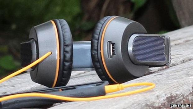 O fone de ouvido carrega celulares e outros dispositivos quando plugados (Foto: Centreline)