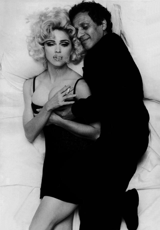 O estilista com Madonna, clicado por Steven Meisel para a Vogue Itália (Foto: reprodução)