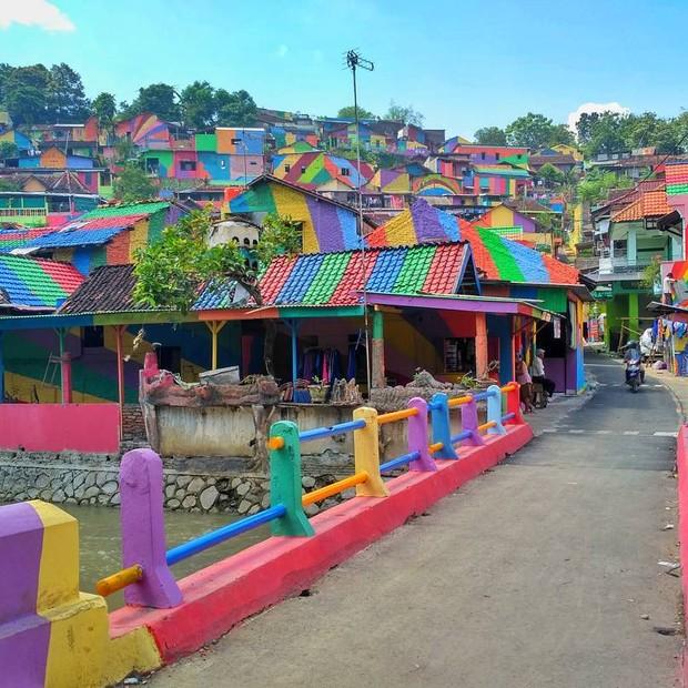 Vila colorida na Indonésia (Foto: Reprodução/Instagram)