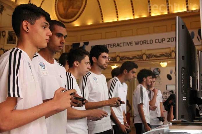 Competidores reunidos para as eliminatórias do FIFA Interactive World Cup 2014 (FIWC) (Foto: Diego Borges/ TechTudo)