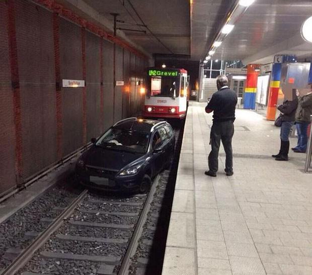 Homem bloquou a linha U42 (Foto: Reprodução/Twitter/Christoph Schmidt)