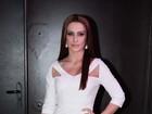 Cleo Pires vai com vestido branco e comportado a evento em São Paulo