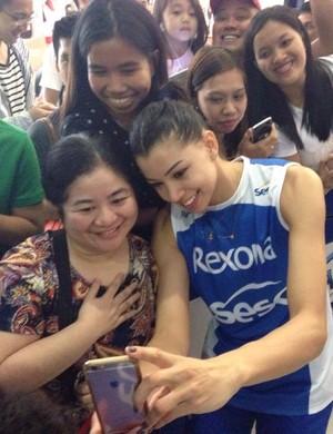 Carol tira selfie com fã nas Filipinas (Foto: Divulgação)
