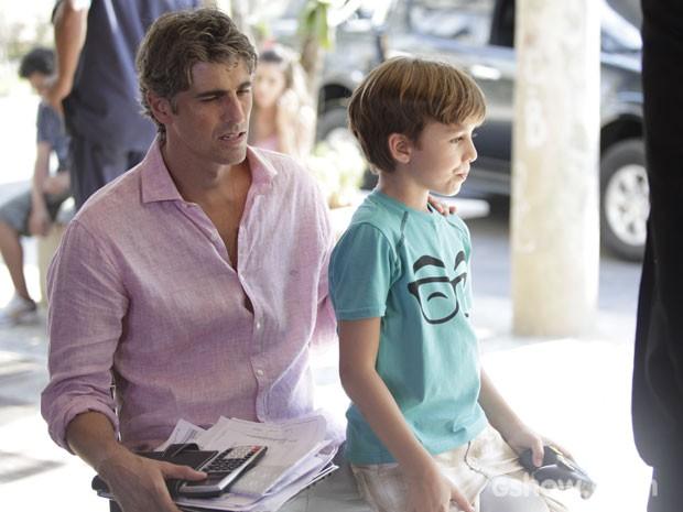 Cadú senta para descansar ao lado de Ivan. Que coisa... (Foto: Pedro Curi/TV Globo)