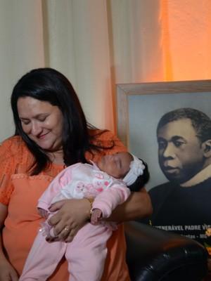 Isabel segura a filha Alice de apenas um mês (Foto: Samantha Silva / G1)