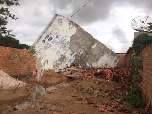 Casa de agricultor ficou totalmente destruídas  (Foto: Neyara Pinheiros/ TV Clube)