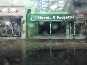 Água chega até a calçada na Avenida Azenha em Porto Alegre (Foto: Maria Polo/G1)