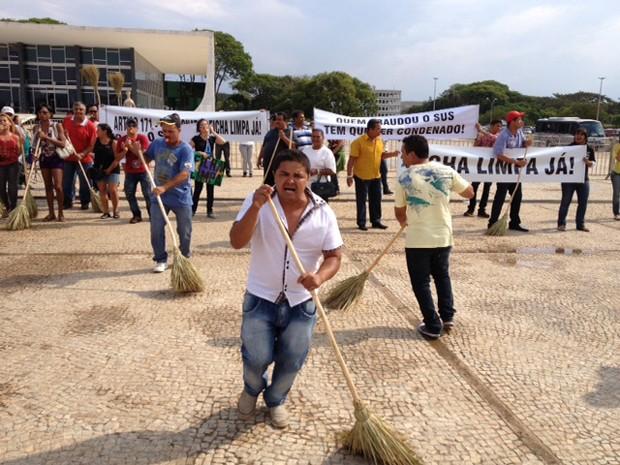 Moradores de Catalão (GO) protestam contra a posse do prefeito eleito da cidade, Jardel Sebba (PSDB)  (Foto: Fabiano Costa/G1)